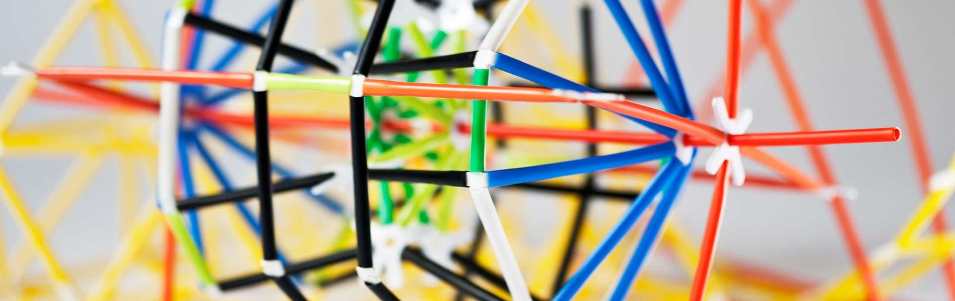 Vattenhjul byggt av färgglada plastdelar