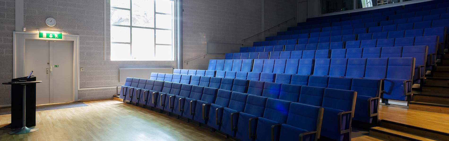 Hörsal eller aula med 180 sittplatser i biosittning