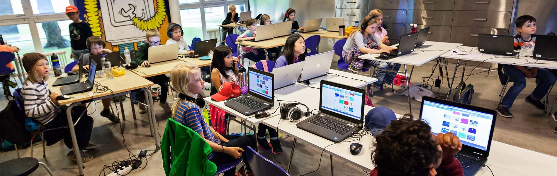 Barn vid datorer som programmerar.