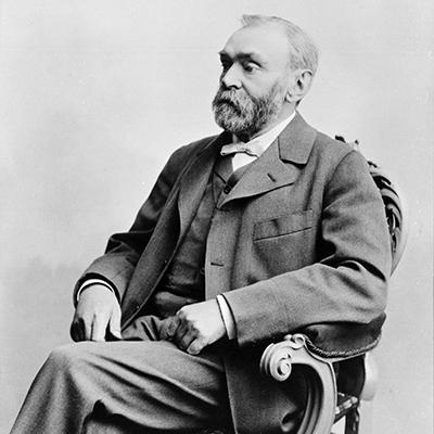 Porträtt av en sittande Alfred Nobel