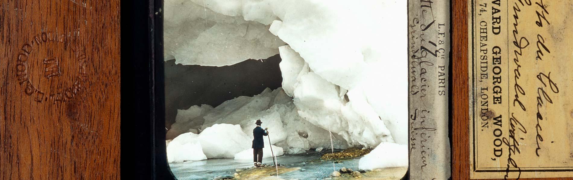 Man med käpp vid glaciär