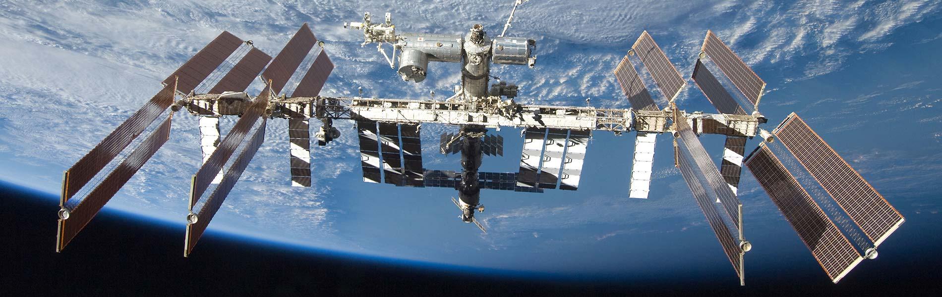 ISS med jorden i bakgrunden