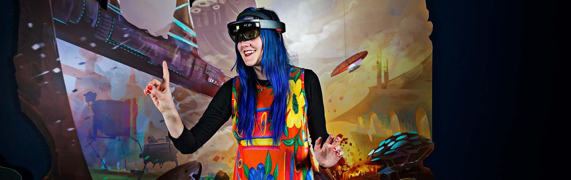 Kvinna med VR-glasögon spelar AR-spel
