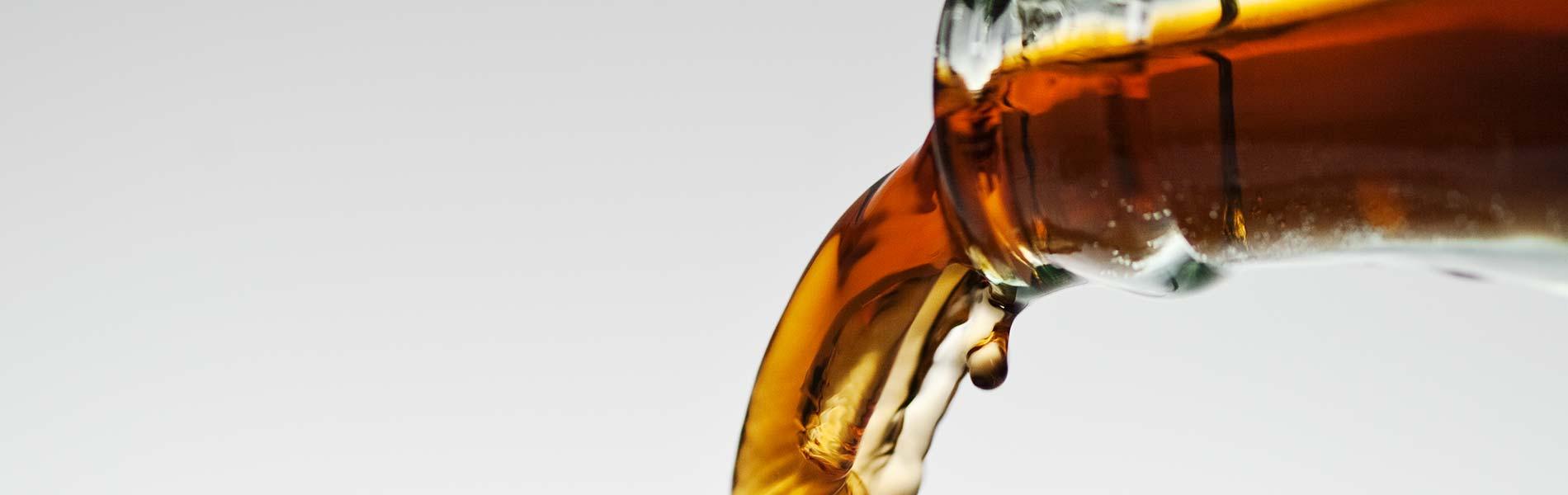 Bild på läsk som hälls ur en flaska