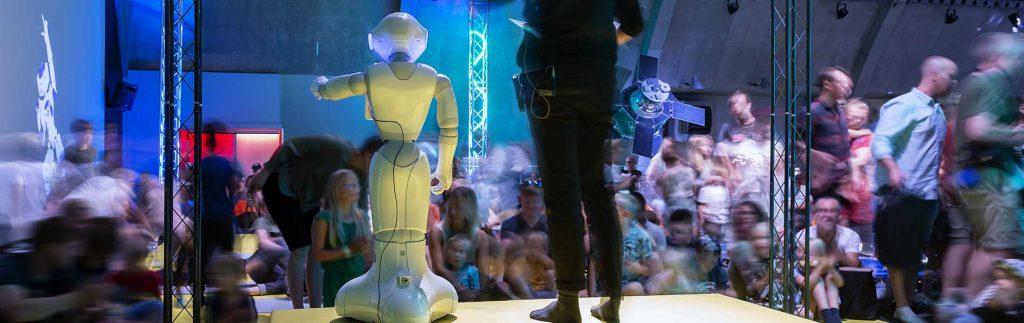 Roboten Charli uppträder för publik
