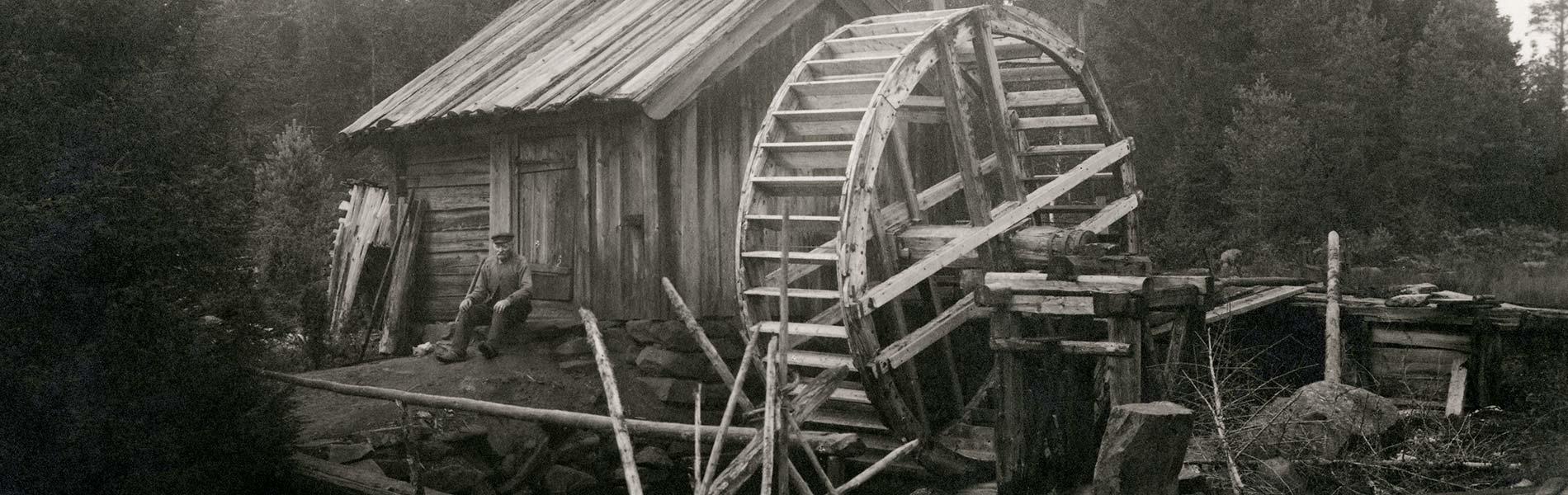 Vattenkraft, svartvit bild på en vattenhjul