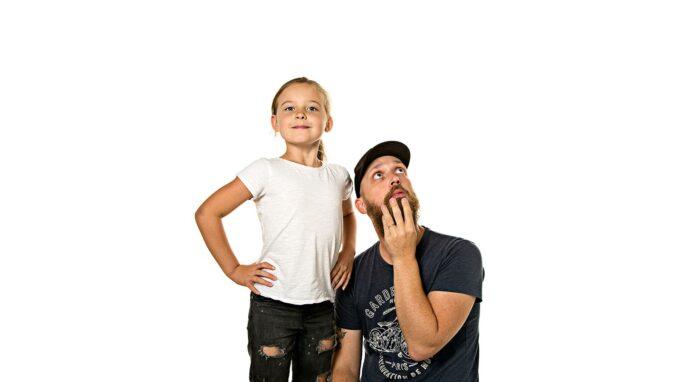 bestämd ung tjej och pappa som ser förvirrad ut