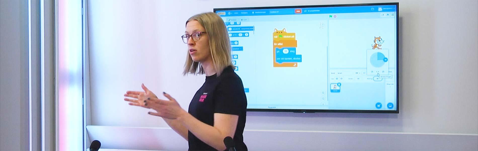 Vår pedagog Jenny håller Scratch-kurs