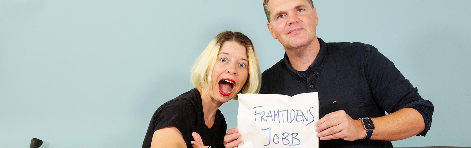 """Linda Sandberg och Kjell Eriksson med ett kuvert märkt """"Framtidens jobb"""""""